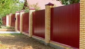 Забор из профнастила с кирпичными столбами на ленточном фундаменте