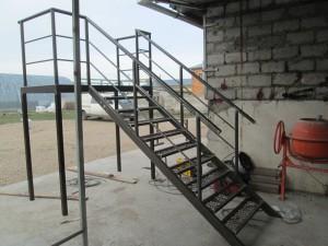 Как делается металлическая лестница для крыльца и ее варианты