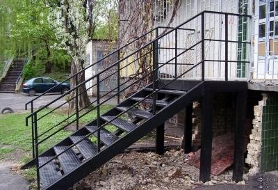 Как делается металлическая лестница для крыльца и ее варианты (3)