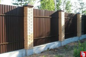 Как сделать забор с кирпичными столбами на ленточном фундаменте пошагово