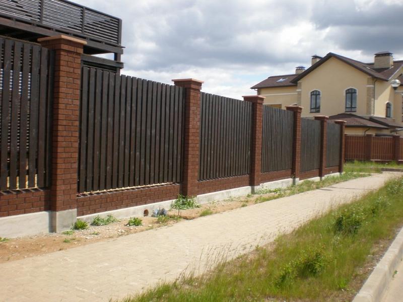 Как сделать забор с кирпичными столбами на ленточном фундаменте пошагово (5)