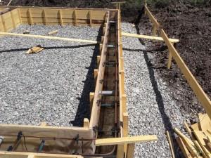 Какую подсыпку под фундамент лучше использовать: песок или щебень