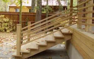Деревянные ступени – один из наиболее распространенных вариантов для крыльца