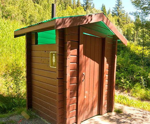 kak-postroit-tualet-na-dache-s-unitazom-septikom-svoimi-rukami