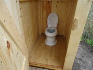 kak-postroit-tualet-na-dache-s-unitazom-septikom-svoimi-rukami1